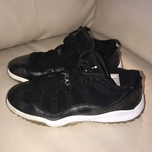 Air Jordan 11 Low / black and metallic silver sz2